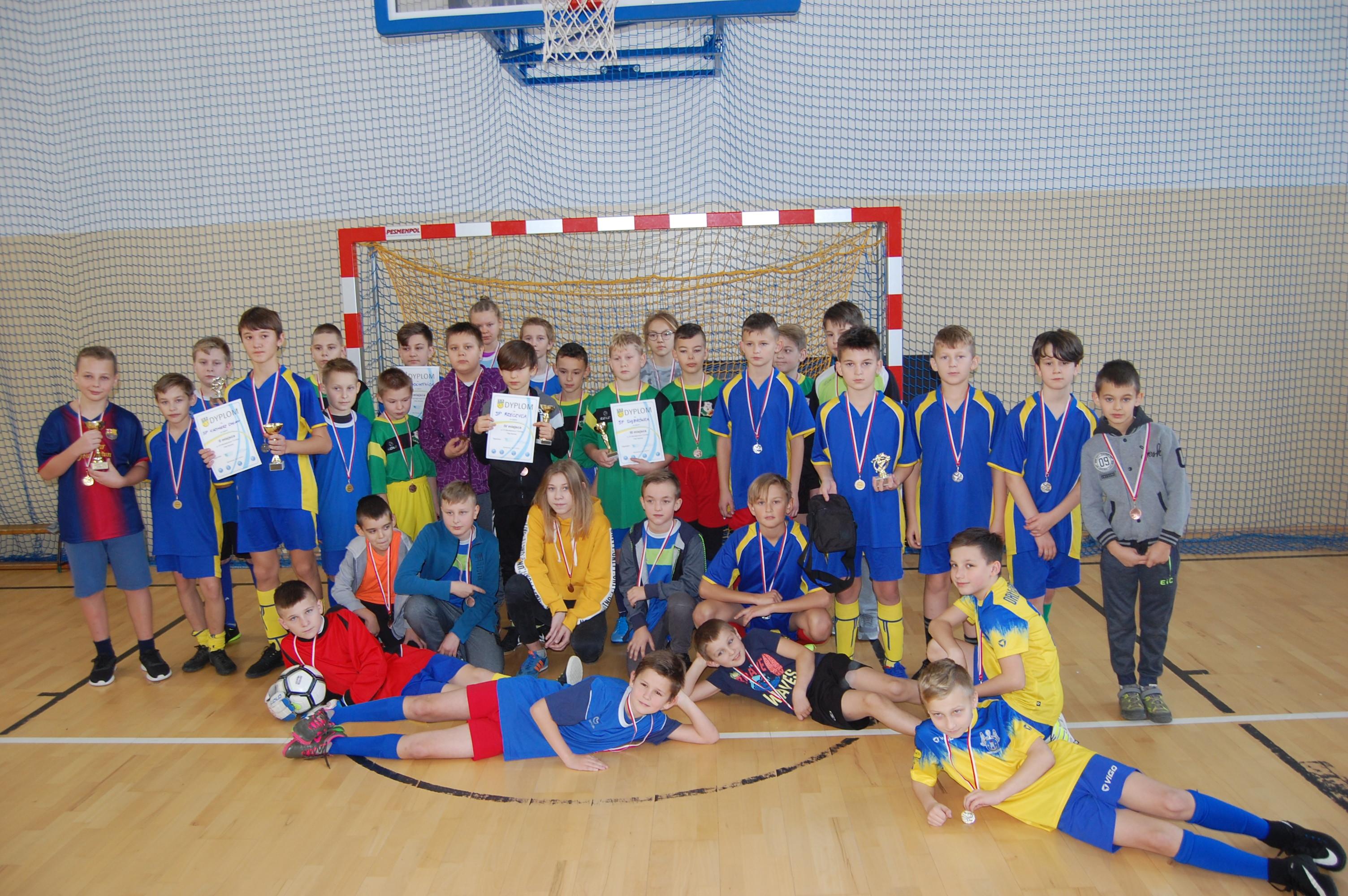 Drugie miejsce wVII Turnieju Mikołajkowym wpiłce nożnej halowej chłopców szkół podstawowych wBochotnicy
